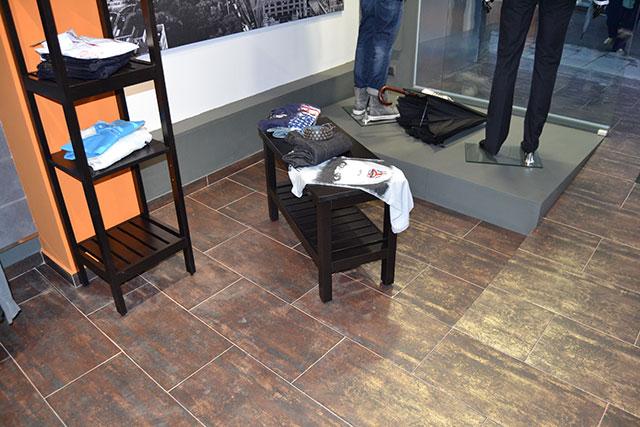 Reforma integral para tienda de ropas, detalle suelo