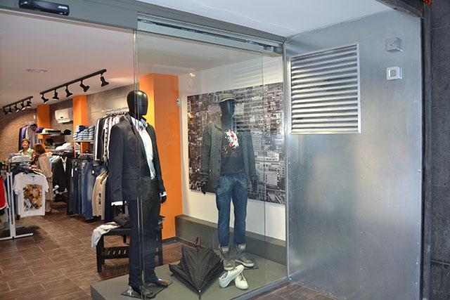Reforma integral para tienda de ropas, lateral derecho