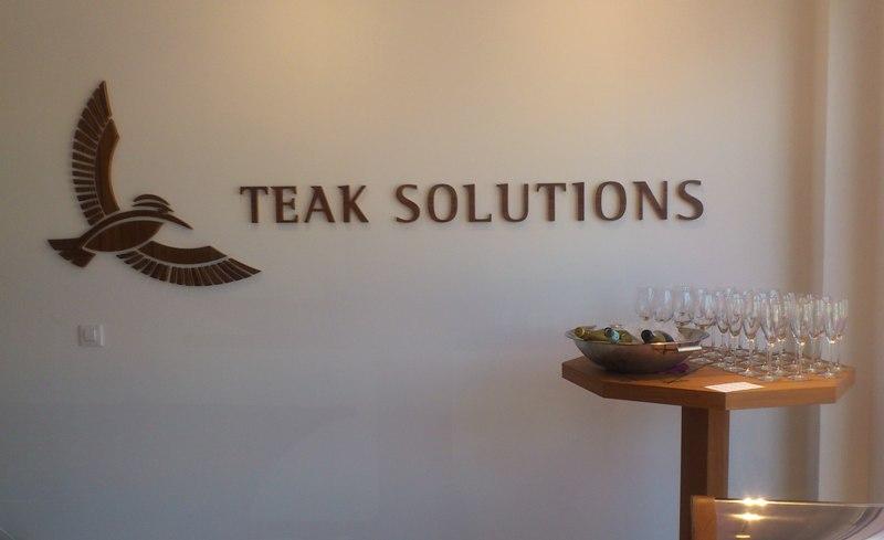 Reforma integral oficinas Teak Solutions, logo acabado
