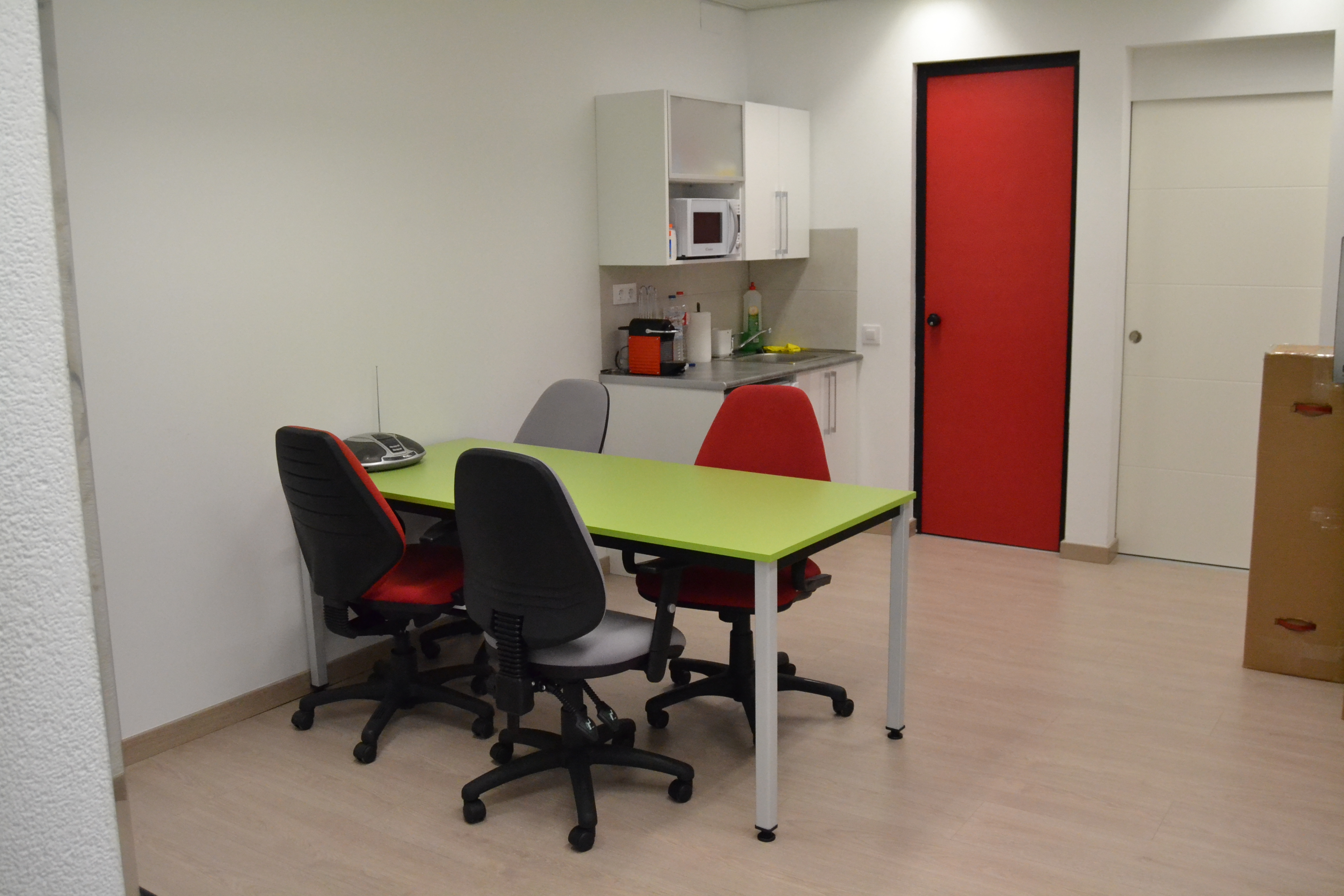 Reforma integral de local para oficina inmobiliaria mini cocina