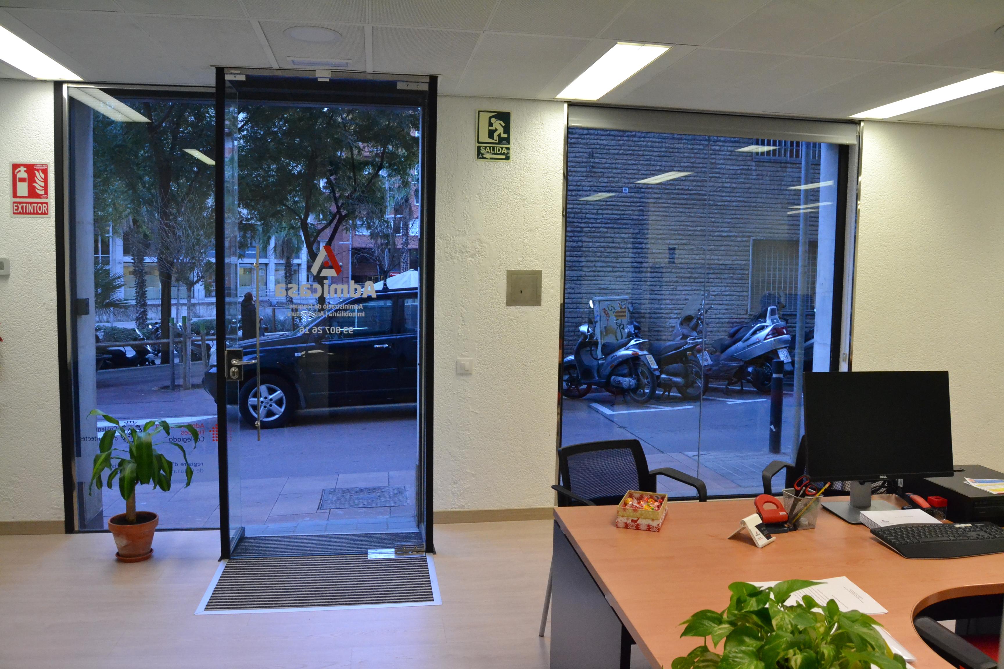 Reforma integral de local para oficina inmobiliaria entrada calle