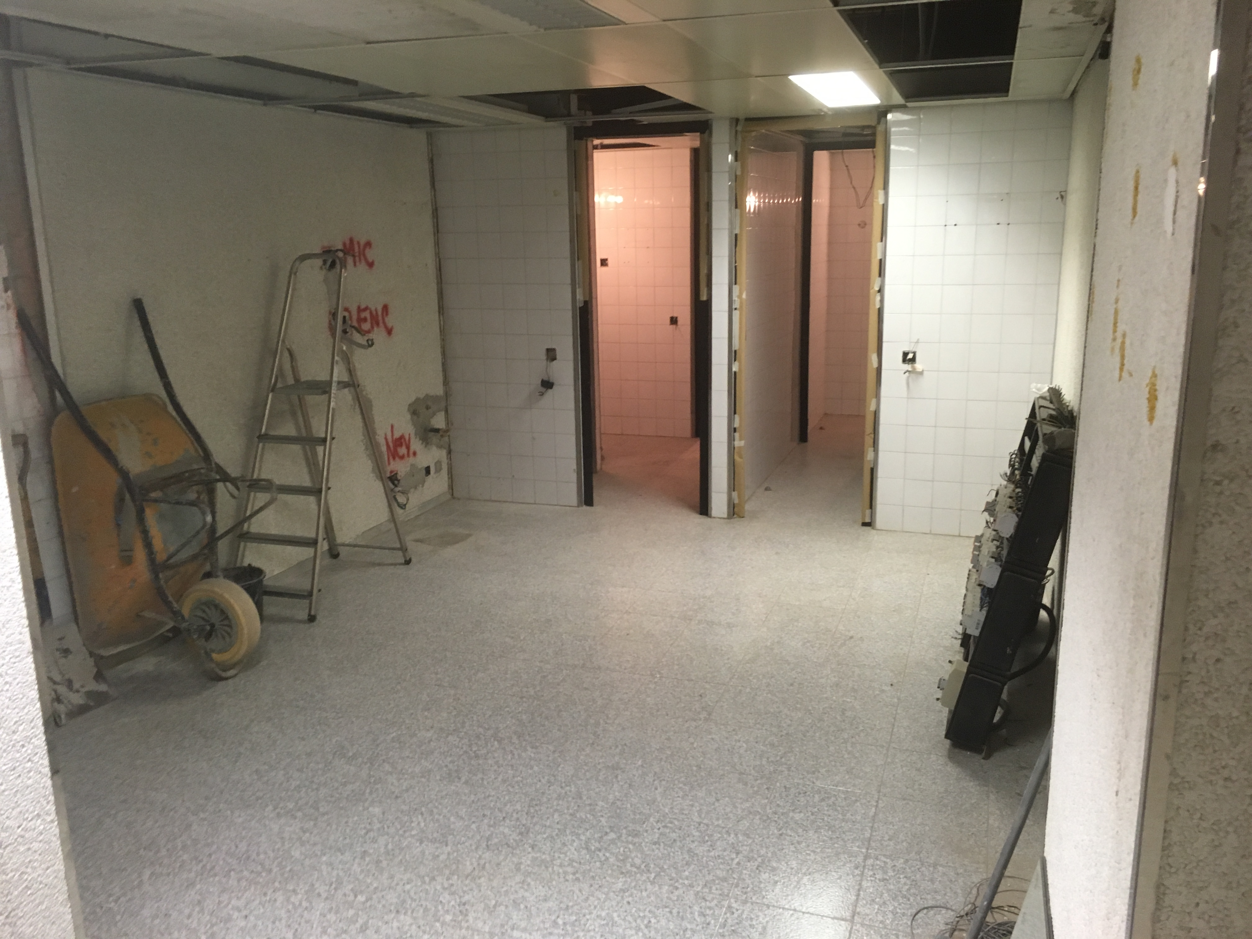 Reforma integral de local para oficina inmobiliaria mini cocina en obras